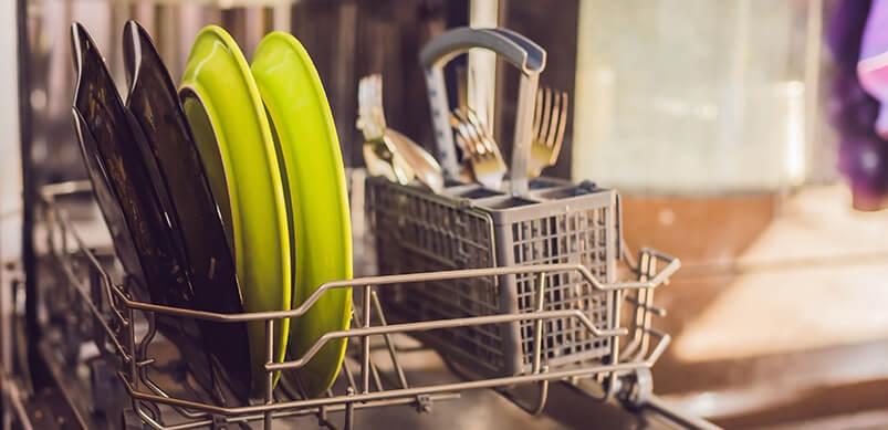 Wasche Dein Besteck und Geschirr mit warmem Wasser!