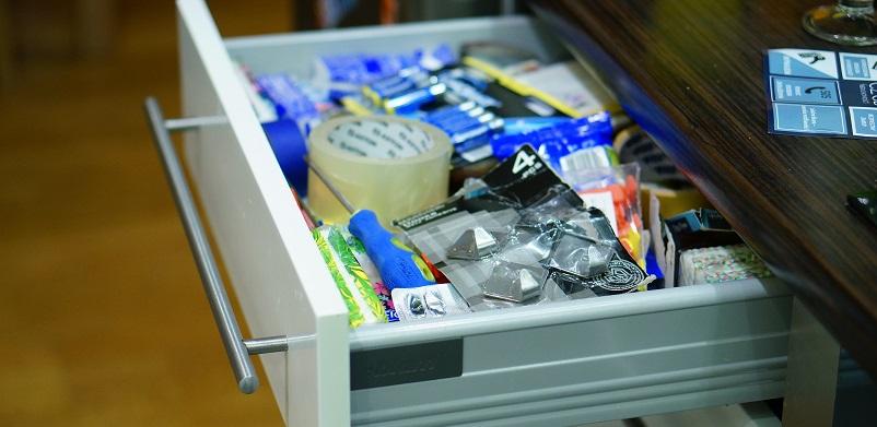 Räume Deine eine Schublade auf, in der Du alles Mögliche verstaust