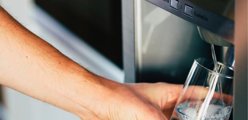 Defekter Eiswürfelbereiter im Kühlschrank